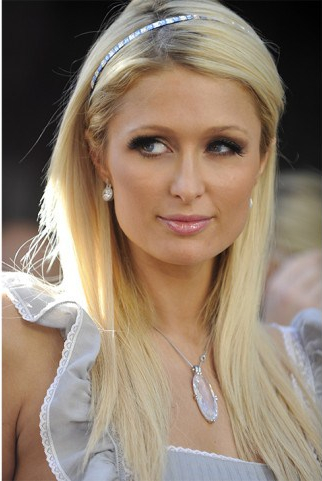 Cerchietto con pietre luminoso per Paris Hilton - 14 Agosto 2014 - da tustyle.it