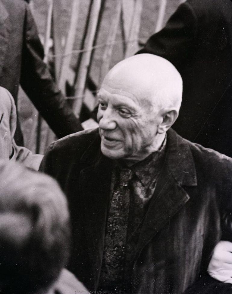 Pablo Picasso in una foto di Paolo Monti del 1953 in occasione della mostra organizzata a Palazzo Reale a Milano