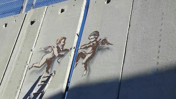 Due angeli cercano di far breccia nel muro separatore tra i territori israeliani e palestinesi, Banksy - da graffitistreet