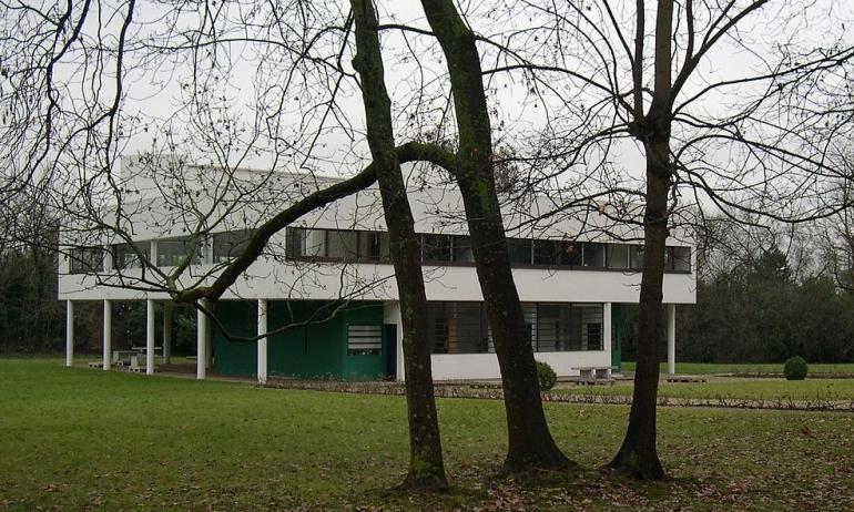 I cinque punti postulati da Le Corbusier trovano la loro massima espressione in villa Savoye, presso Poissy, in Francia - da Wikipedia