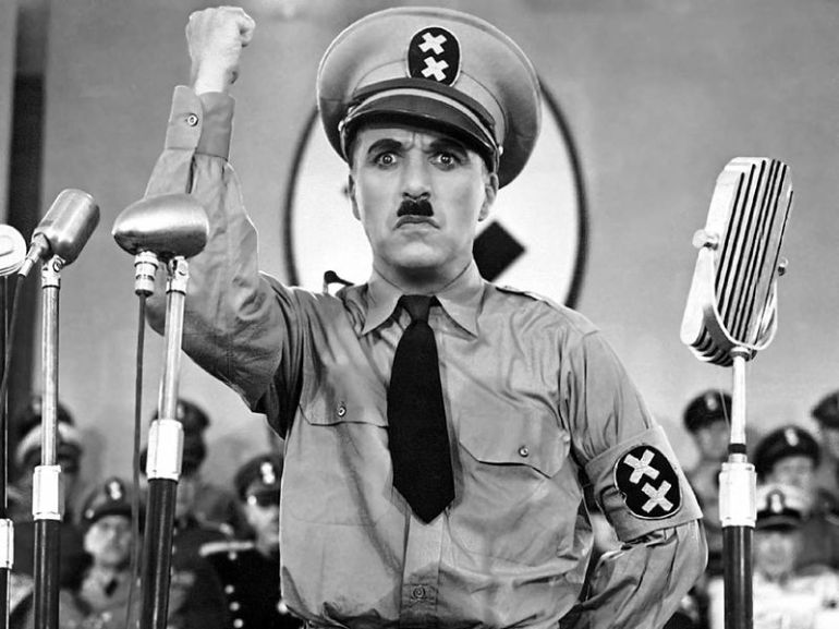 Adenoid Hynkel durante un discorso, The Great Dictator, 1940 - da Wikipedia