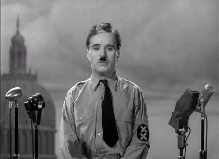 Il barbiere ebreo, scambiato per il dittatore Hynkel, pronuncia il suo discorso - da Wikipedia