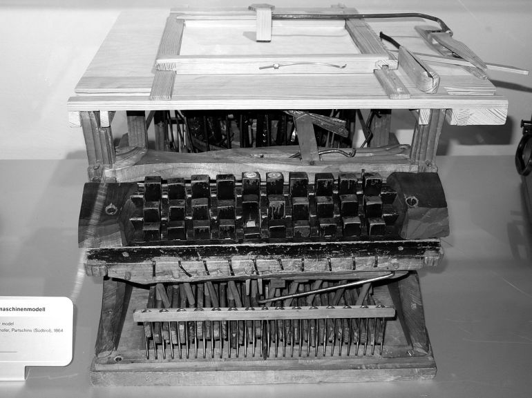 Il primo modello Vienna 1864 costruito da Peter Mitterhofer - da Wikipedia