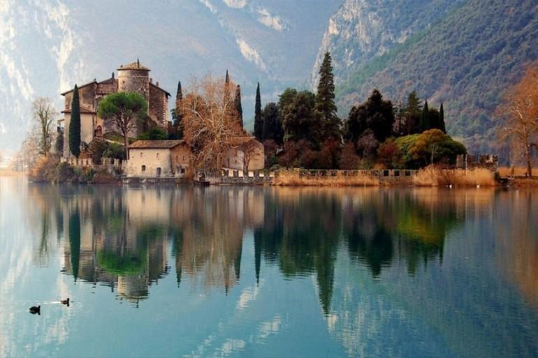 Lago e Castello di Toblino - Riserva naturale protetta - Trentino - da Italy Travel Web